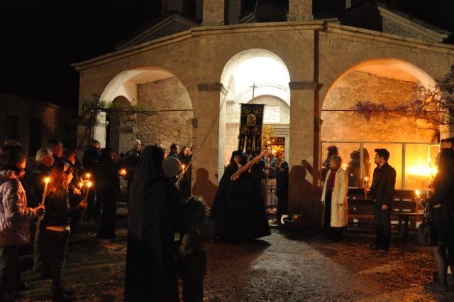 Vor der Kirche mit dem Semantron